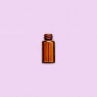 fiole d'huile essentielle sur fond rose